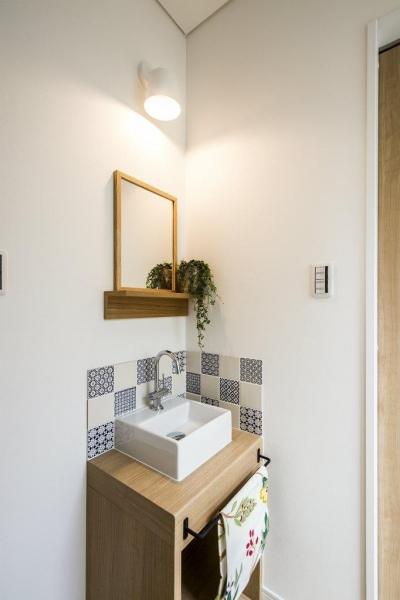 紺×白のナチュラルモダンな家 (リビングにある造作手洗い)