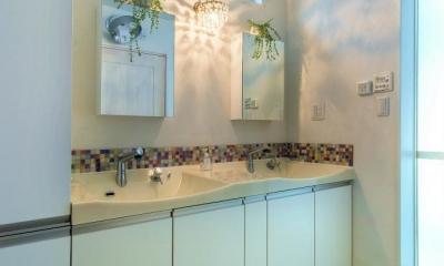 ツーボウルの洗面室|モダンな暮らし、美しい「白」を基調とした家