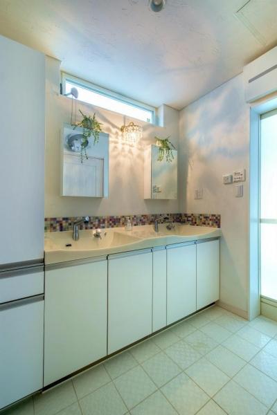 ツーボウルの洗面室 (モダンな暮らし、美しい「白」を基調とした家)