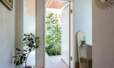 モダンな暮らし、美しい「白」を基調とした家 (アイボリーのタイルが素敵な玄関)