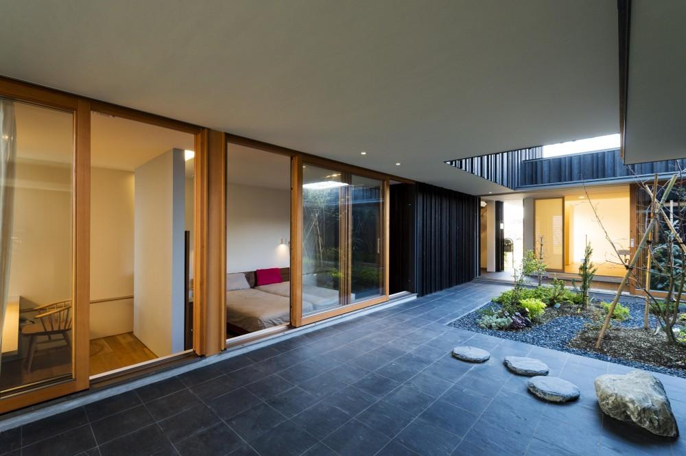 o house (土間・中庭(撮影:© 村井 勇))
