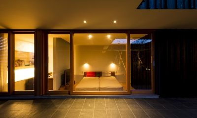 o house (中庭から寝室を見る ( 撮影:© 村井 勇))