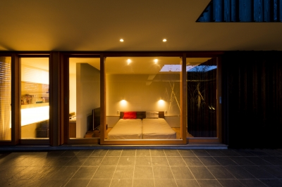 中庭から寝室を見る ( 撮影:© 村井 勇) (o house)
