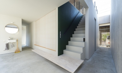 GO-BANG! house (土間と階段(撮影:© 村井 勇))
