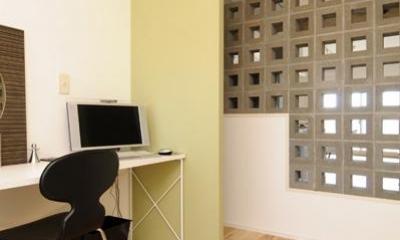 お客様とコラボ。デザイナーズ・リフォーム (有孔ブロックの壁で仕切られた寝室)