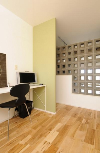 有孔ブロックの壁で仕切られた寝室 (お客様とコラボ。デザイナーズ・リフォーム)