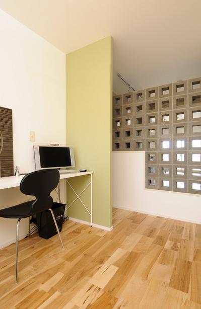お客様とコラボ。デザイナーズ・リフォームの写真 有孔ブロックの壁で仕切られた寝室