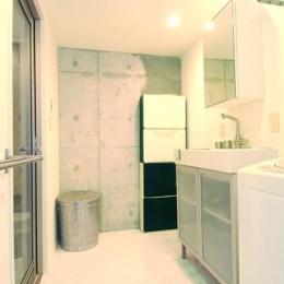 お客様とコラボ。デザイナーズ・リフォーム (一面コンクリート壁の洗面室)