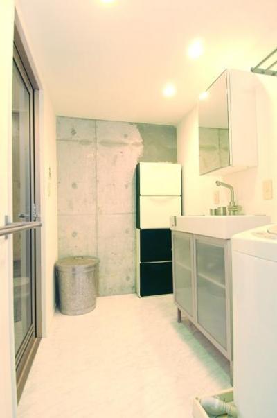 一面コンクリート壁の洗面室 (お客様とコラボ。デザイナーズ・リフォーム)