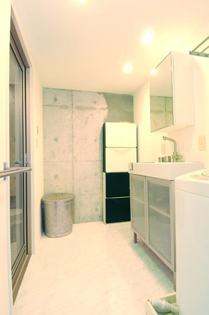 お客様とコラボ。デザイナーズ・リフォームの写真 一面コンクリート壁の洗面室