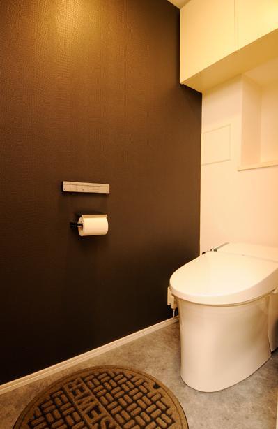 お客様とコラボ。デザイナーズ・リフォームの写真 マンホールのある斬新なトイレ