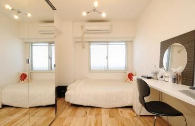 大きな鏡のある寝室 (お客様とコラボ。デザイナーズ・リフォーム)