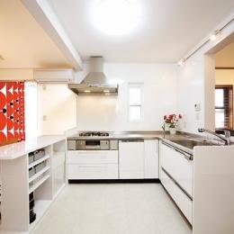 キッチンを中心に左右に広がるリビングダイニング (L型のオープンキッチン)