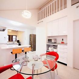 キッチンを中心に左右に広がるリビングダイニング (LDK-屋根勾配を利用したロフト)