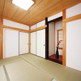 キッチンを中心に左右に広がるリビングダイニング (和室)