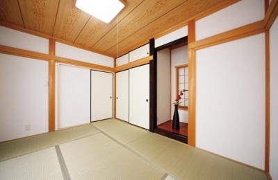 和室 (キッチンを中心に左右に広がるリビングダイニング)