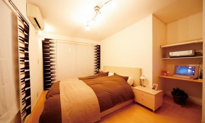 キッチンを中心に左右に広がるリビングダイニング (パソコンスペースのある寝室)