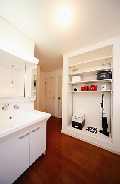キッチンを中心に左右に広がるリビングダイニング (開放的な洗面室)