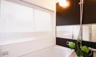キッチンを中心に左右に広がるリビングダイニング (シンプルモダンな浴室)