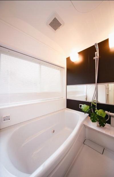 シンプルモダンな浴室 (キッチンを中心に左右に広がるリビングダイニング)