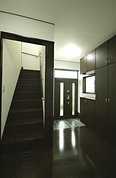 ダークブラウンで統一された玄関 (「懐かしさ」と「新しさ」を感じるモダンデザイン)
