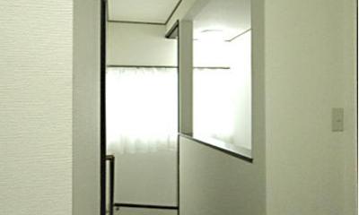 「懐かしさ」と「新しさ」を感じるモダンデザイン (落ち着いた雰囲気の廊下)