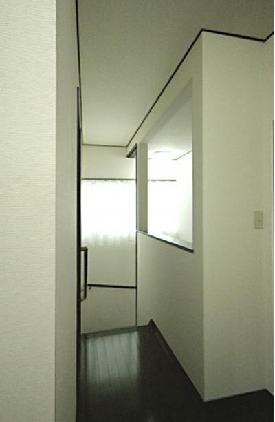 落ち着いた雰囲気の廊下 (「懐かしさ」と「新しさ」を感じるモダンデザイン)