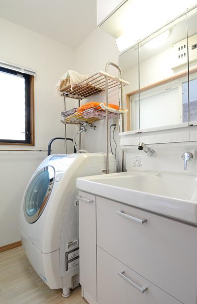 構造体まで補修したリフレッシュリフォームの部屋 シンプルな洗面室