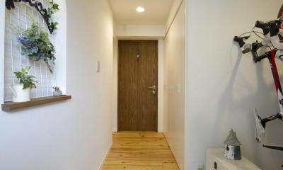 広々とした玄関スペース|I邸・斜めに配置したキッチンで、動きと変化を