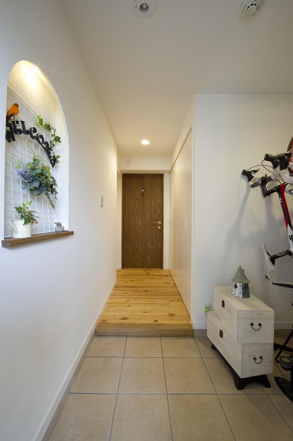 I邸・斜めに配置したキッチンで、動きと変化を (広々とした玄関スペース)
