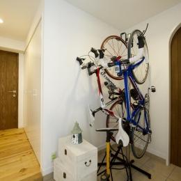 I邸・斜めに配置したキッチンで、動きと変化を (自転車が置ける玄関スペース)
