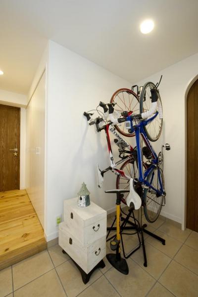 自転車が置ける玄関スペース (I邸・斜めに配置したキッチンで、動きと変化を)