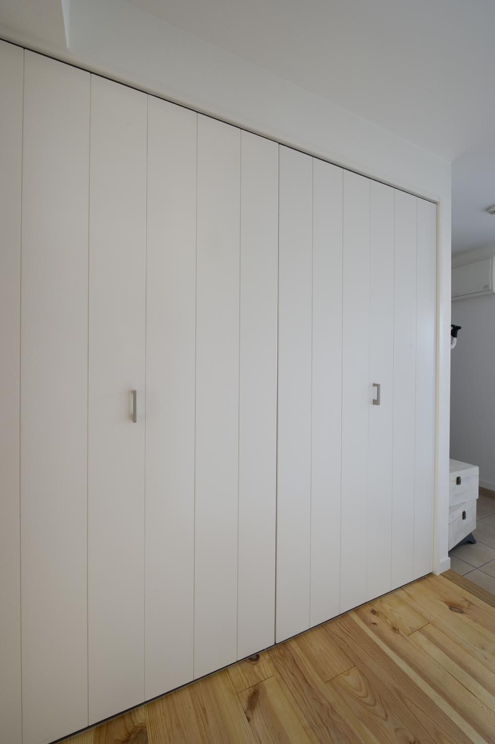 I邸・斜めに配置したキッチンで、動きと変化を (大容量の下足収納)