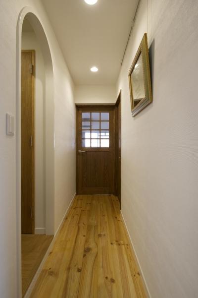 LDKにつながる廊下 (I邸・斜めに配置したキッチンで、動きと変化を)