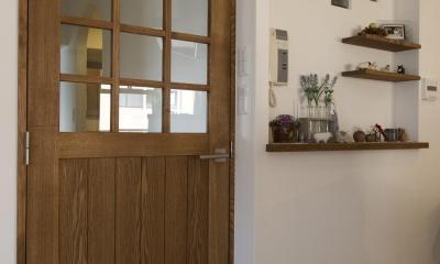 こだわりのドアと飾り棚のニッチ|I邸・斜めに配置したキッチンで、動きと変化を