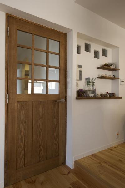 こだわりのドアと飾り棚のニッチ (I邸・斜めに配置したキッチンで、動きと変化を)