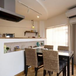 I邸・斜めに配置したキッチンで、動きと変化を (DK-アールの折り上げ天井)