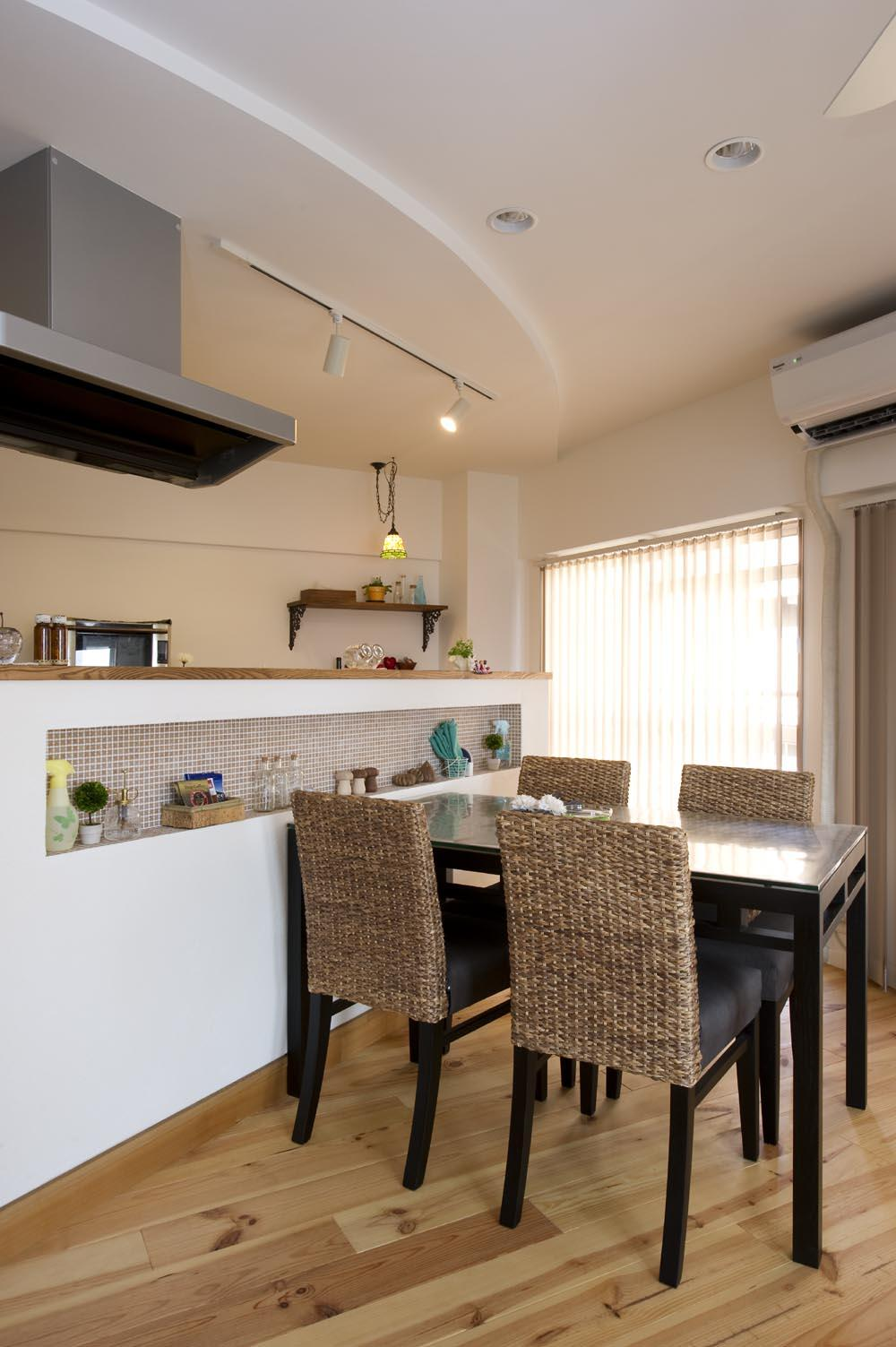 I邸・斜めに配置したキッチンで、動きと変化をの部屋 DK-アールの折り上げ天井