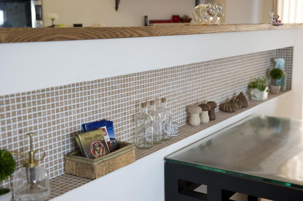 I邸・斜めに配置したキッチンで、動きと変化を (ニッチ-クローバー柄のタイル)