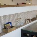 I邸・斜めに配置したキッチンで、動きと変化をの写真 ニッチ-クローバー柄のタイル