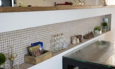 ニッチ-クローバー柄のタイル|I邸・斜めに配置したキッチンで、動きと変化を