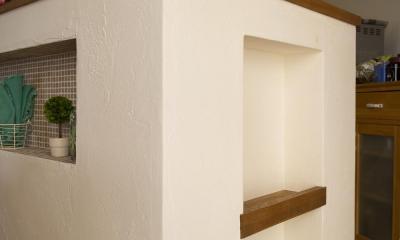 カウンターキッチン横のニッチ|I邸・斜めに配置したキッチンで、動きと変化を