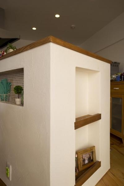 カウンターキッチン横のニッチ (I邸・斜めに配置したキッチンで、動きと変化を)
