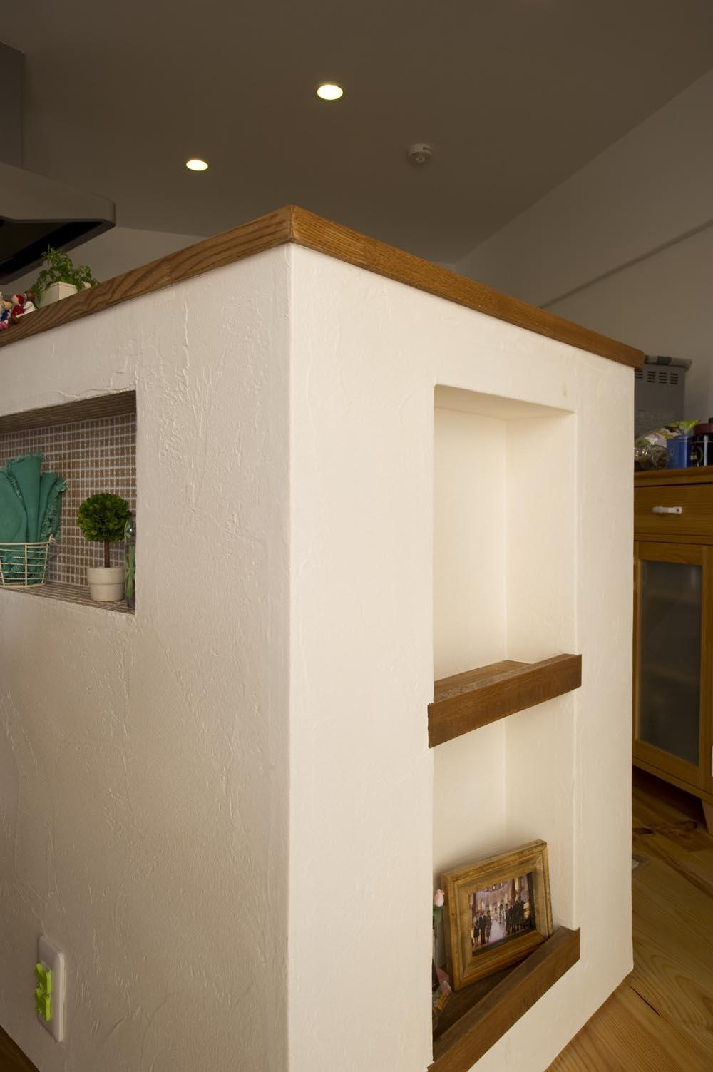I邸・斜めに配置したキッチンで、動きと変化を (カウンターキッチン横のニッチ)
