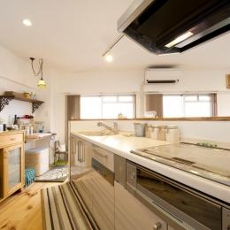 I邸・斜めに配置したキッチンで、動きと変化を (明るいキッチン)