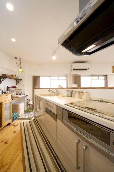 明るいキッチン (I邸・斜めに配置したキッチンで、動きと変化を)