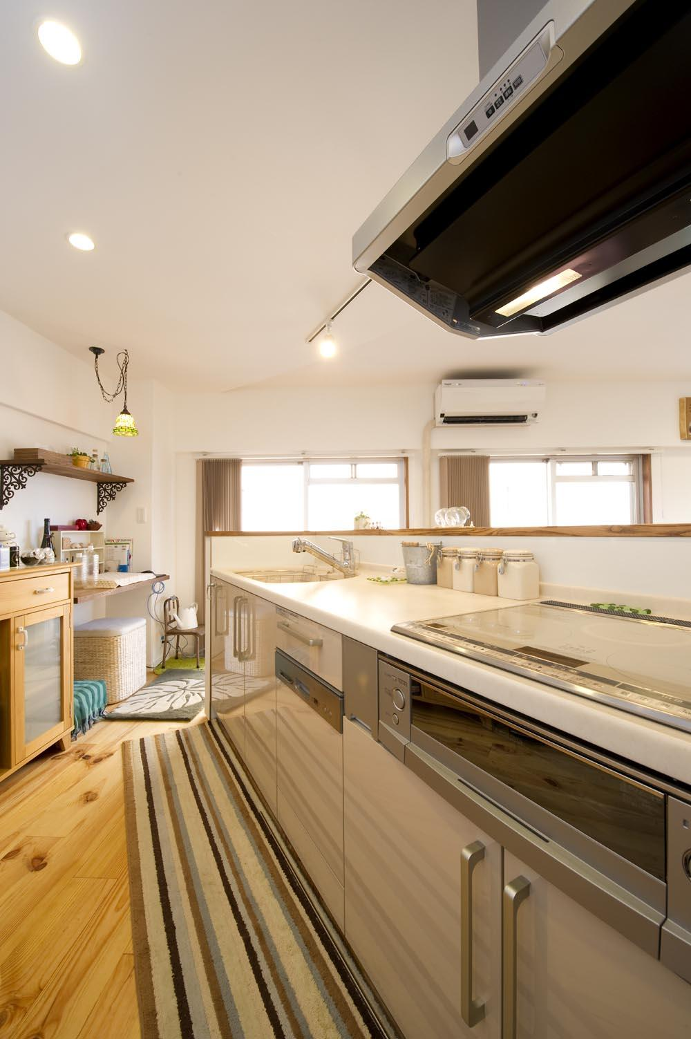 I邸・斜めに配置したキッチンで、動きと変化をの部屋 明るいキッチン
