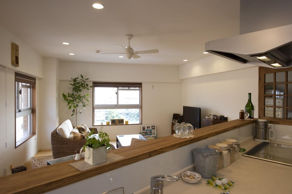 I邸・斜めに配置したキッチンで、動きと変化を (キッチンよりリビングを見る)