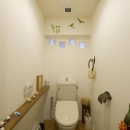 I邸・斜めに配置したキッチンで、動きと変化を (ガラスブロックより光の入るトイレ)
