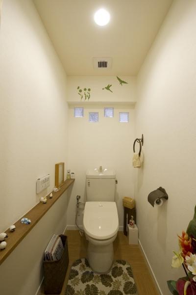 ガラスブロックより光の入るトイレ (I邸・斜めに配置したキッチンで、動きと変化を)